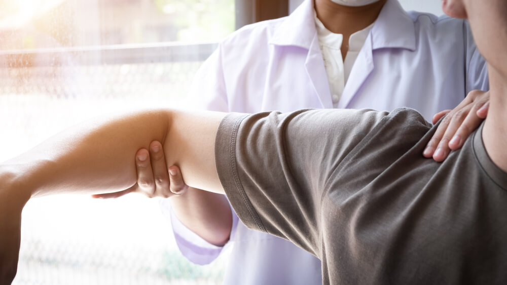 Fizioterapeut pomože kod rupture rotacione mažetne ramena
